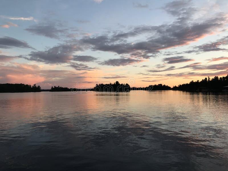 Tramonto del paese del cottage, lago del legno, Kenora, Ontario, Canada fotografia stock libera da diritti