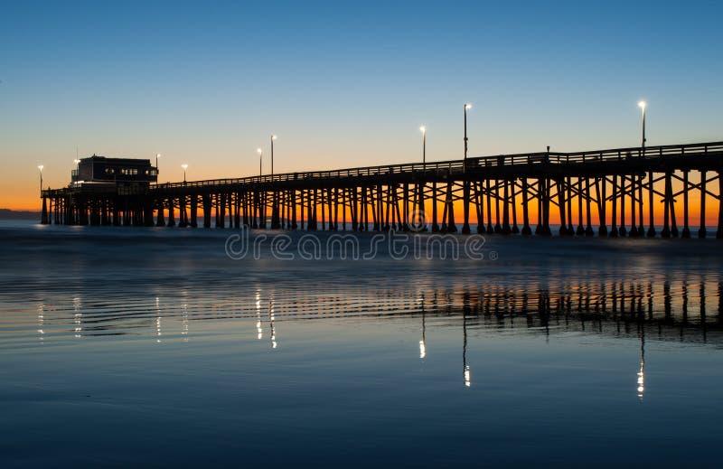 Tramonto del pilastro della spiaggia di Newport fotografia stock libera da diritti