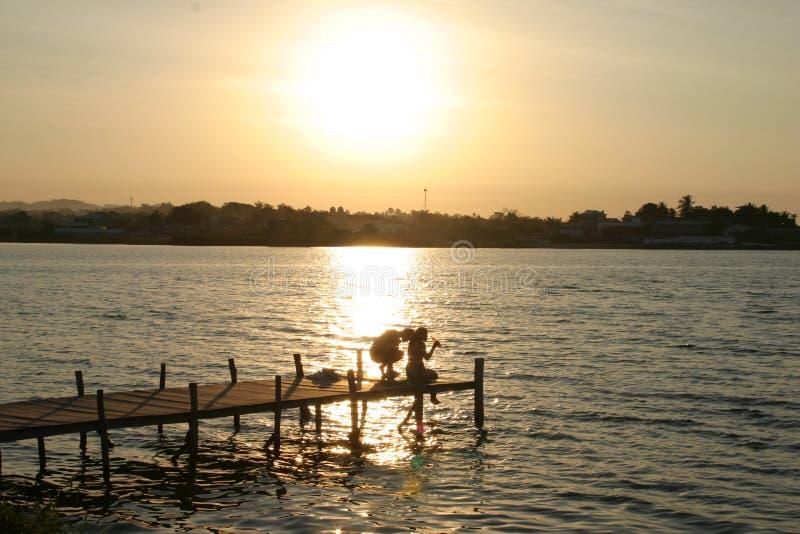 Tramonto del pilastro di Isla de Flores Guatemala fotografie stock