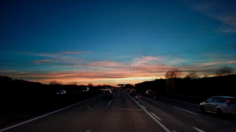 Tramonto del sole del cielo di viaggio della strada immagini stock