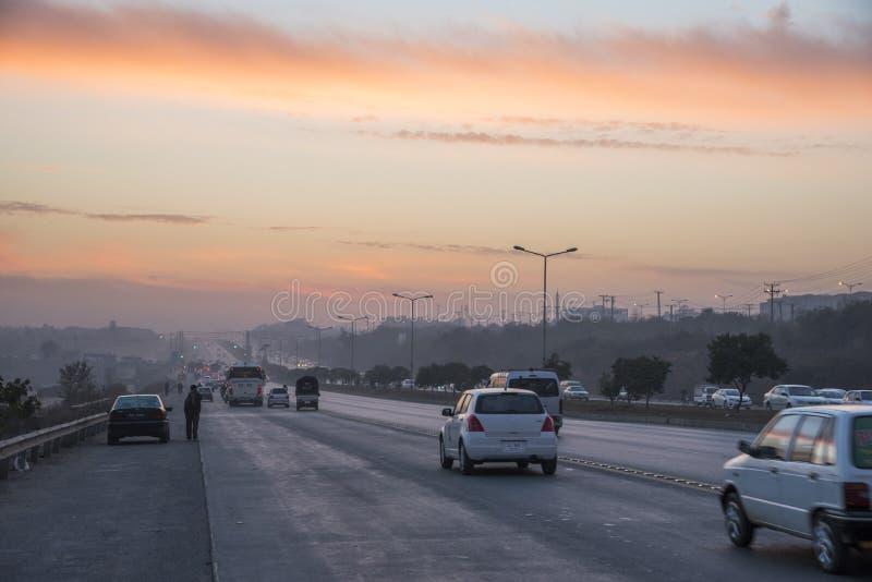 Tramonto del traffico stradale a Islamabad fotografia stock libera da diritti