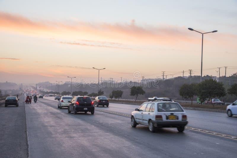 Tramonto del traffico stradale a Islamabad fotografie stock libere da diritti