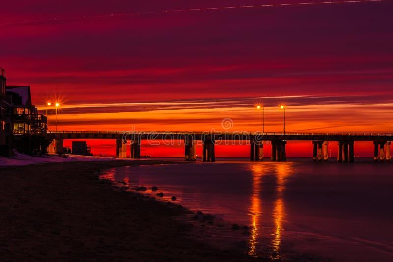 Tramonto del tunnel del ponte della baia di Chesapeake fotografie stock libere da diritti