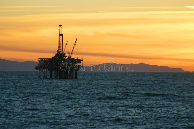 Tramonto dell'impianto offshore fotografia stock libera da diritti