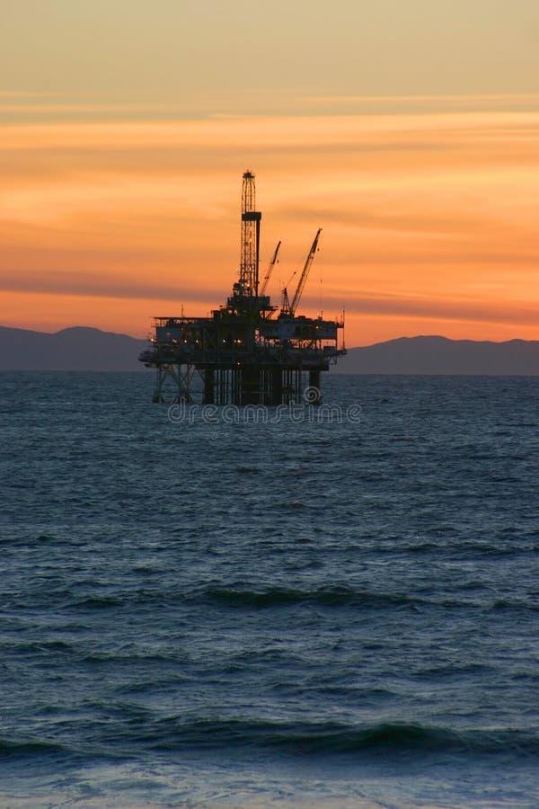 Tramonto dell'impianto offshore fotografie stock