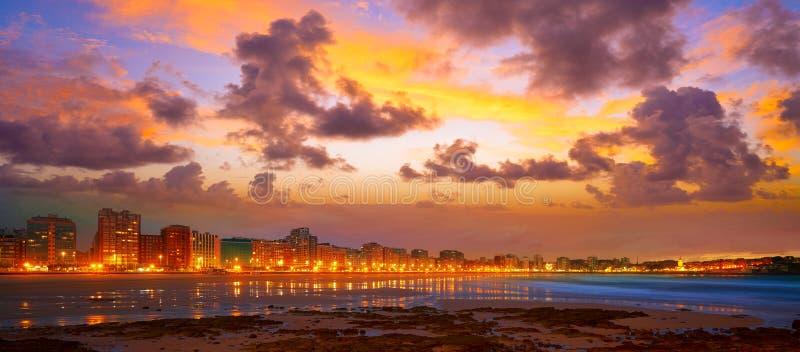 Tramonto dell'orizzonte di Gijon in spiaggia Asturie di San Lorenzo immagine stock