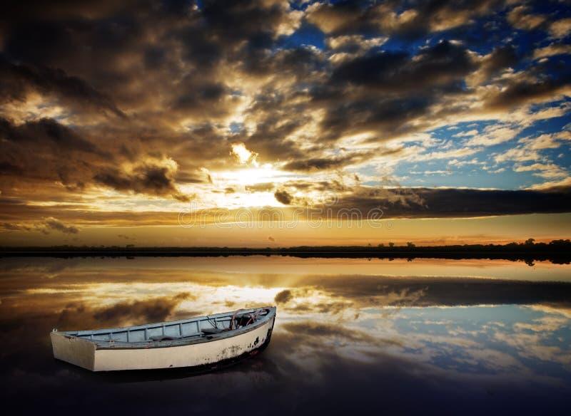 Tramonto della barca di riga fotografia stock libera da diritti