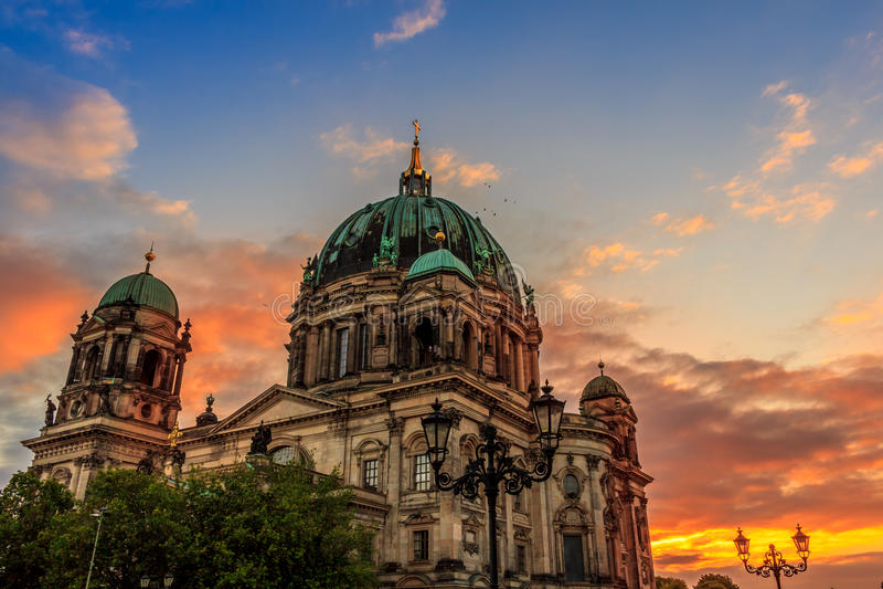 Tramonto della cattedrale di Berlins fotografie stock