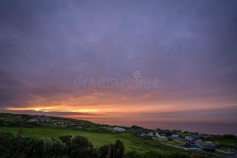 Tramonto della Cornovaglia variopinto sopra il campeggio fotografia stock libera da diritti