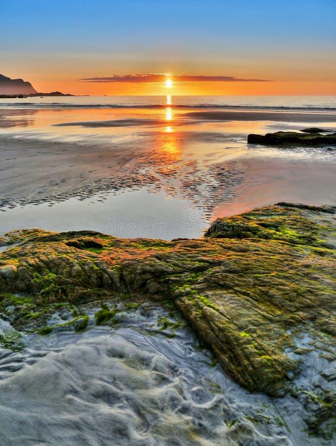Tramonto della linea costiera del paesaggio della Norvegia, isole di Lofoten immagini stock