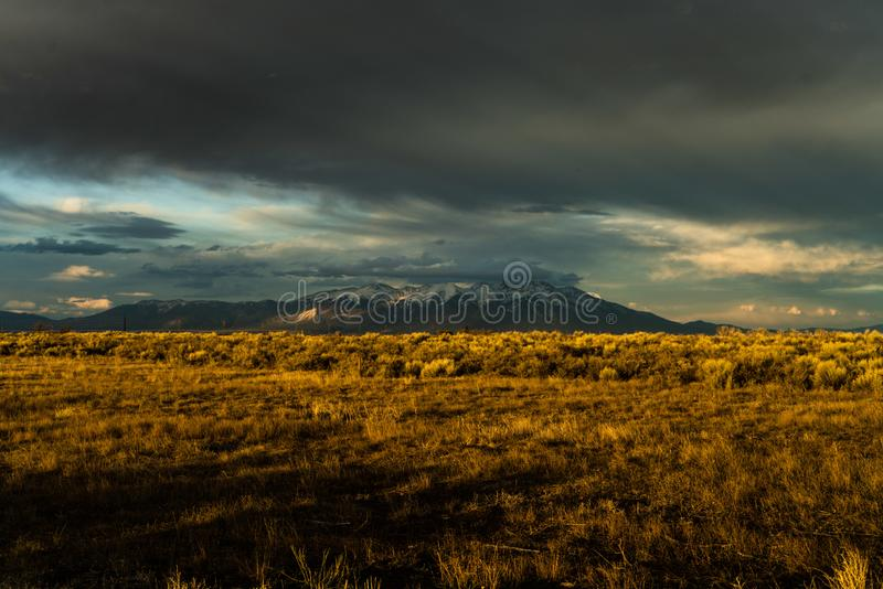 Tramonto della montagna di Stormy fotografia stock