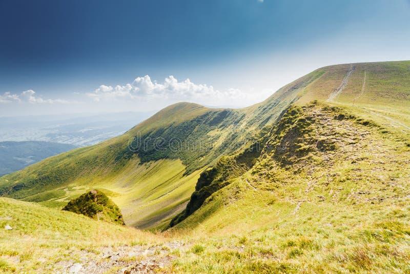 Tramonto della montagna e cielo colorato con le nuvole fotografie stock libere da diritti