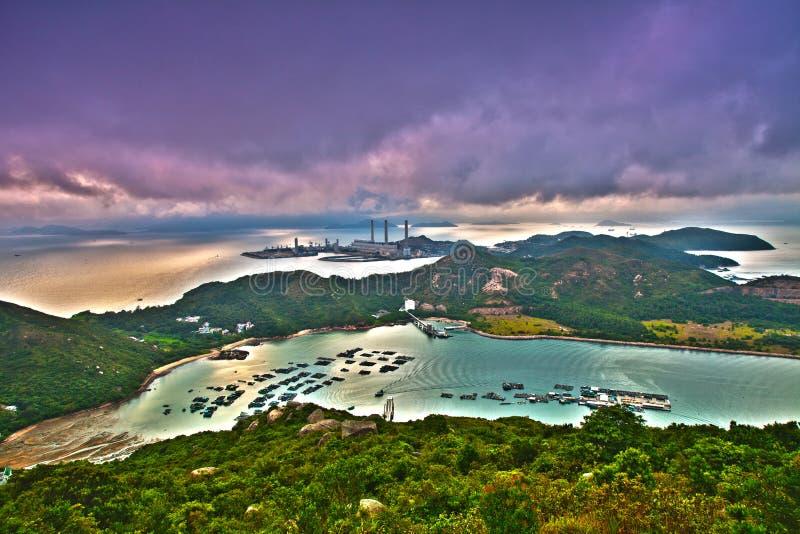 Tramonto della montagna in isola con la centrale elettrica immagine stock libera da diritti