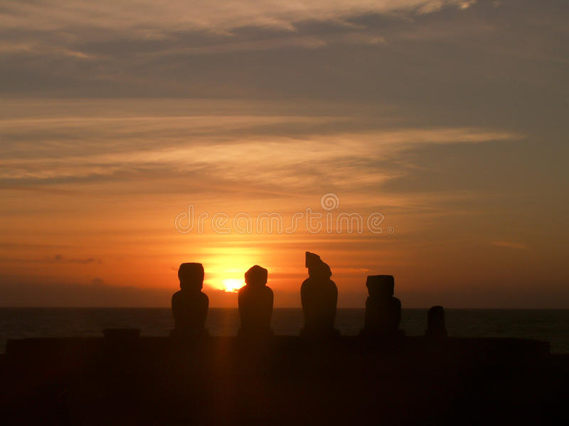 Tramonto della siluetta di Moai dell'isola di pasqua immagini stock libere da diritti