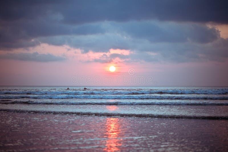 Tramonto della spiaggia del Bali Kuta immagine stock