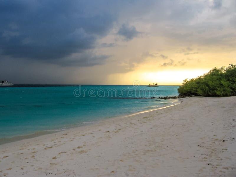Tramonto della spiaggia delle Maldive fotografia stock libera da diritti