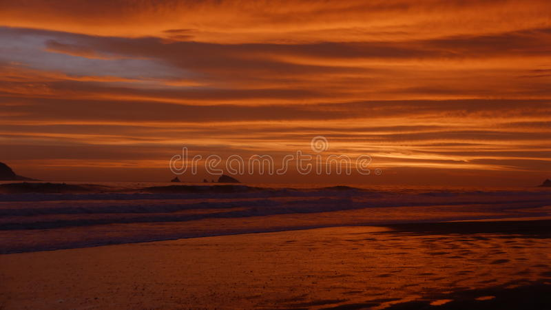Tramonto della spiaggia di Costa del Sol, a sud di Lima immagine stock