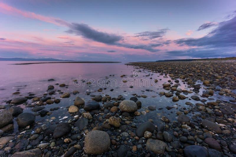 Tramonto della spiaggia di Qualicum fotografia stock libera da diritti