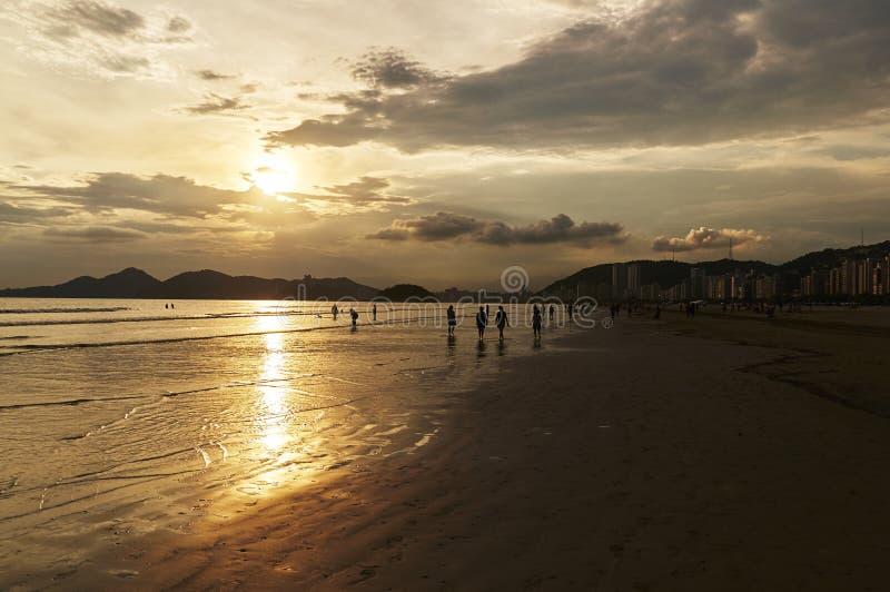 Tramonto della spiaggia di Santos, a Sao Paulo immagini stock libere da diritti