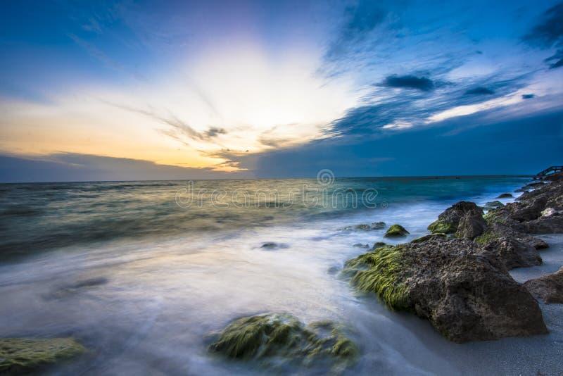 Tramonto della spiaggia rocciosa fotografia stock