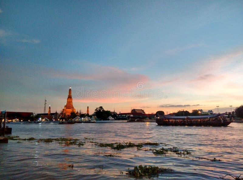 Tramonto della Tailandia del arun di Wat dal telefono fotografie stock