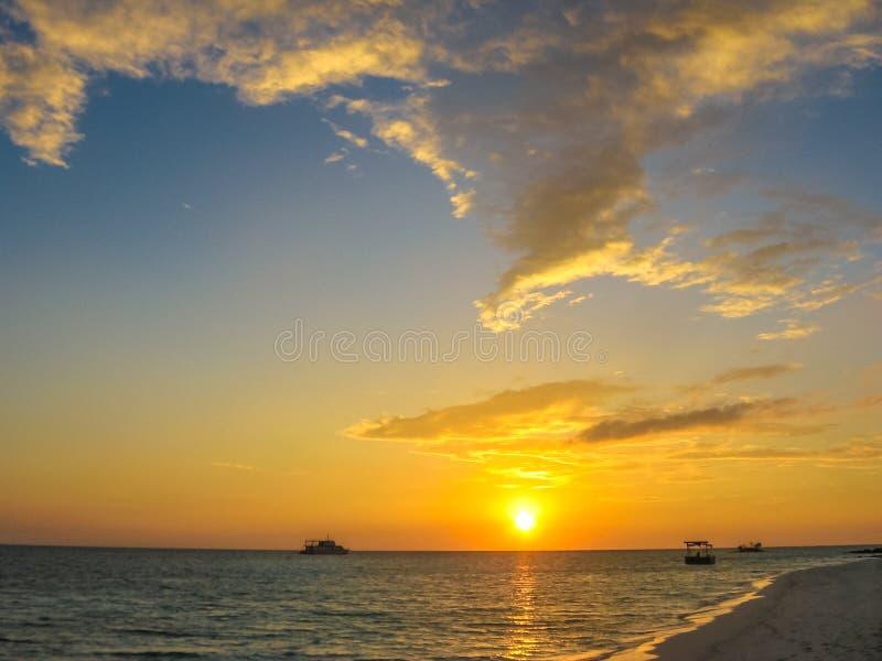 Tramonto delle Maldive sopra il mare immagine stock libera da diritti