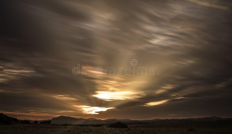 Tramonto delle nuvole delle montagne immagine stock libera da diritti