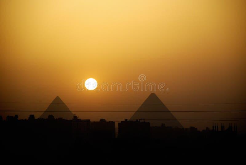Tramonto delle piramidi dell'Egitto fotografia stock