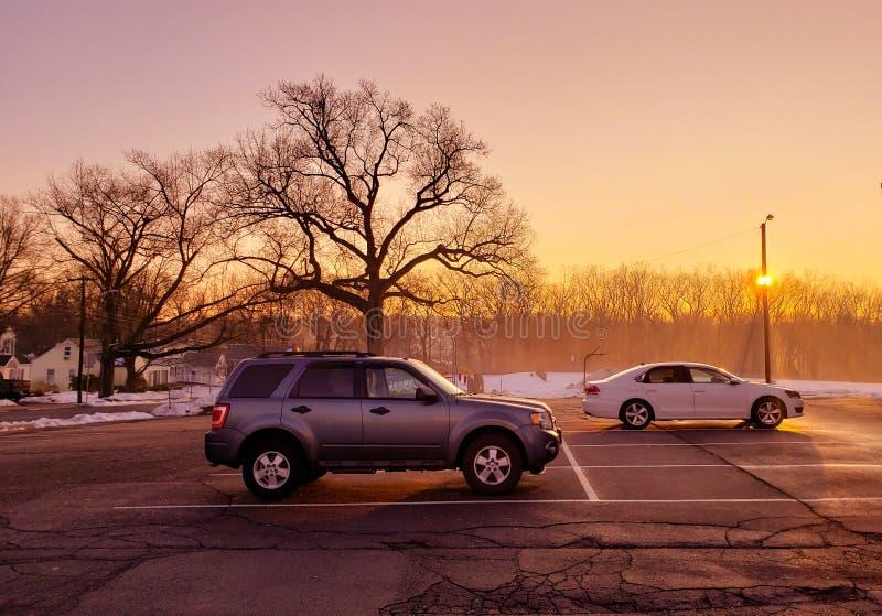 Tramonto di alba nel parcheggio durante l'inverno fotografia stock libera da diritti