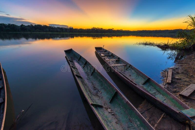 Tramonto di Amazon sopra il lago fotografia stock