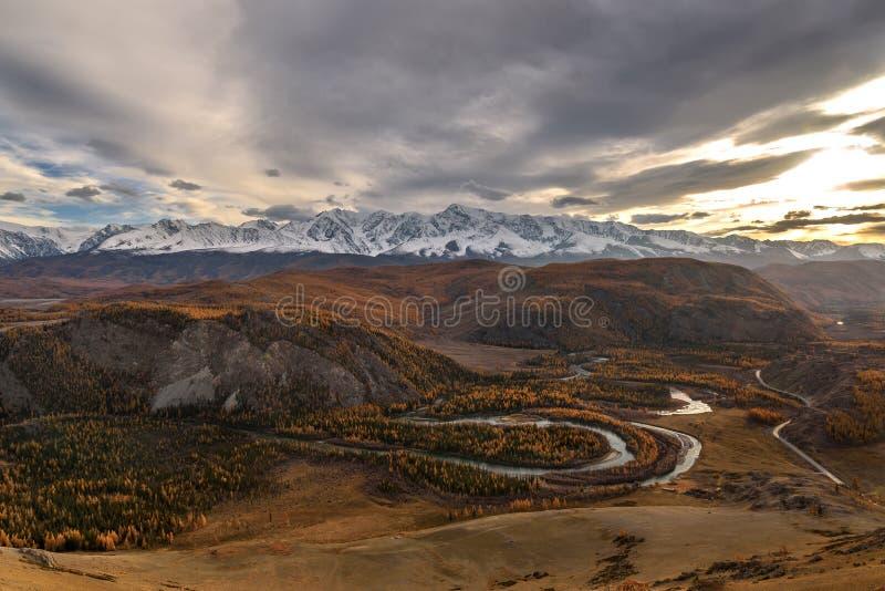 Tramonto di autunno del cielo del fiume della foresta delle montagne immagine stock libera da diritti
