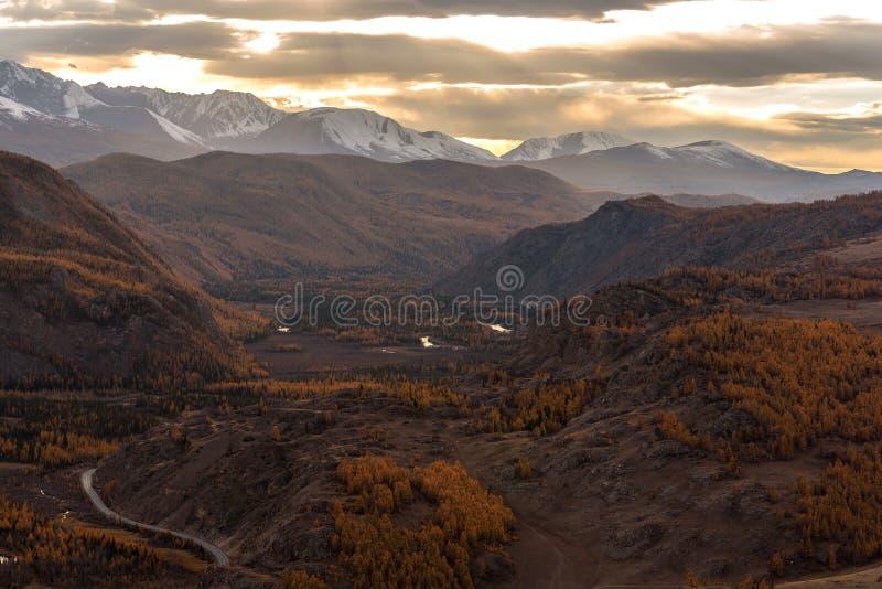 Tramonto di autunno del cielo del fiume della foresta delle montagne immagini stock