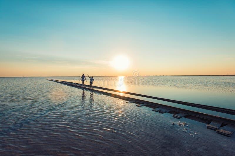 Tramonto di bellezza sul lago salato fotografie stock libere da diritti