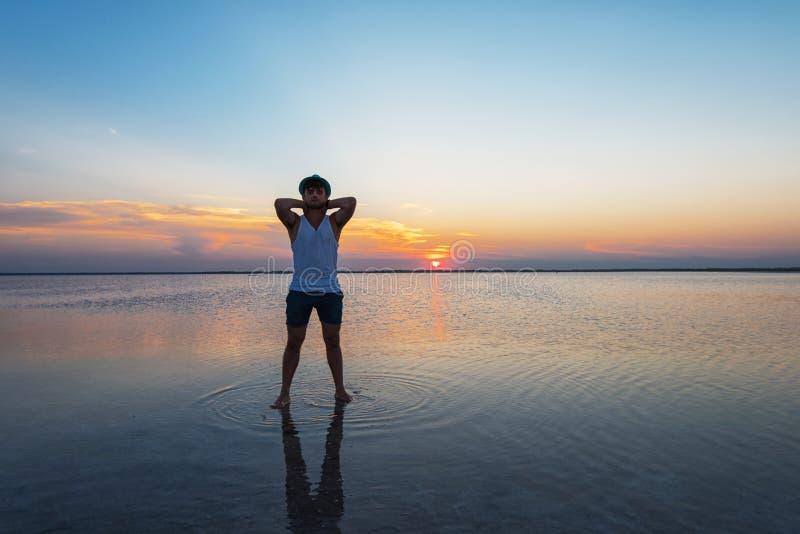 Tramonto di bellezza sul lago salato fotografia stock libera da diritti