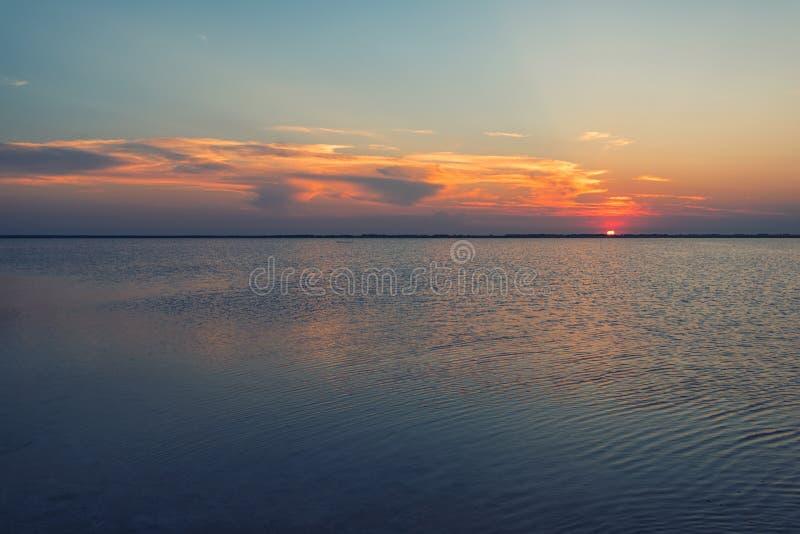Tramonto di bellezza sul lago salato fotografie stock