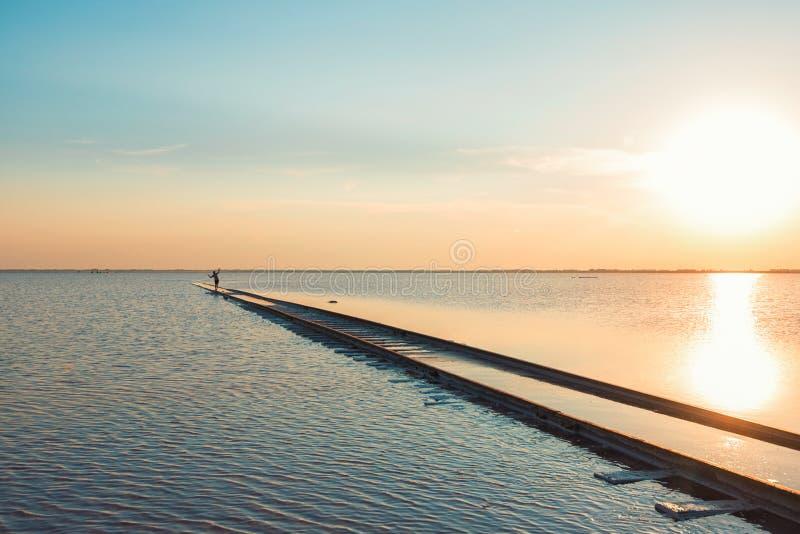 Tramonto di bellezza sul lago salato immagini stock libere da diritti