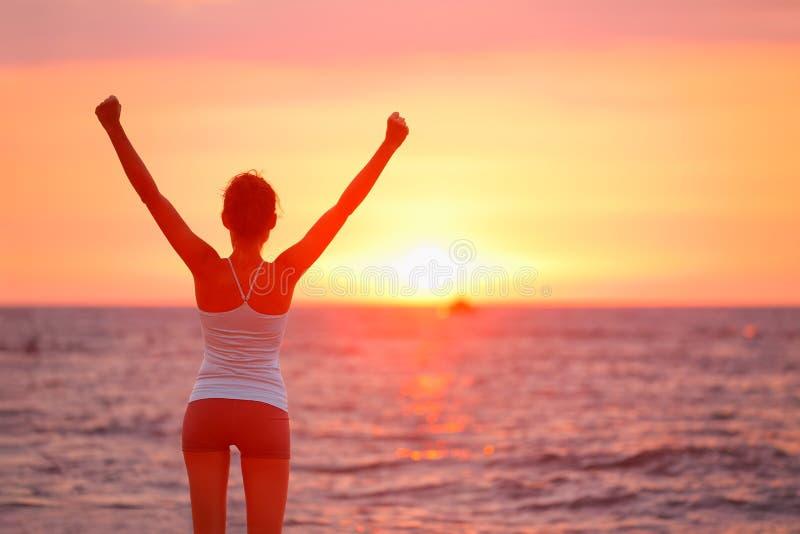 Tramonto di celebrazione incoraggiante felice della donna di successo immagine stock