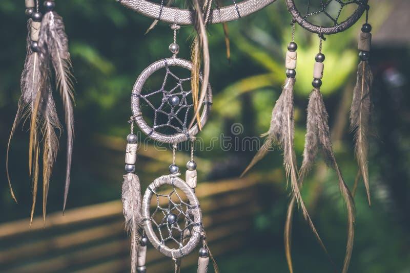 Tramonto di Dreamcatcher, eleganza di boho, amuleto etnico, simbolo, fondo tropicale immagini stock libere da diritti