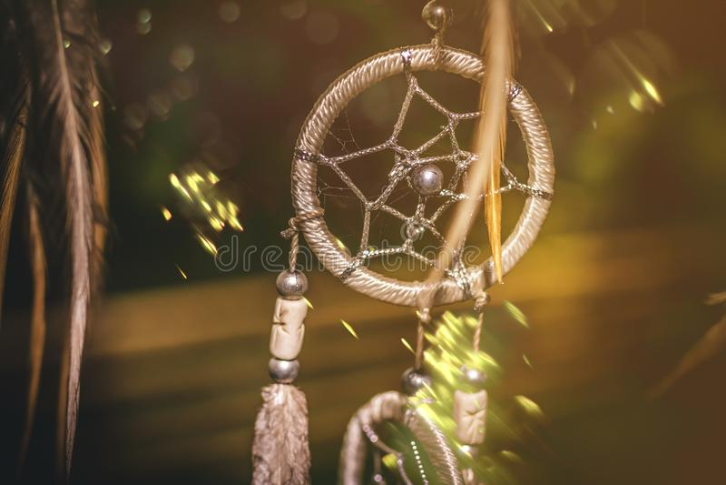 Tramonto di Dreamcatcher, eleganza di boho, amuleto etnico, simbolo, fondo tropicale fotografie stock libere da diritti