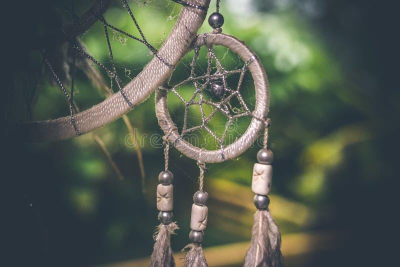 Tramonto di Dreamcatcher, eleganza di boho, amuleto etnico, simbolo, fondo tropicale immagini stock