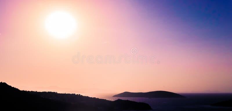 Tramonto di estate alla costa di mar Mediterraneo, alla vista sul mare ed al Mountain View fotografia stock