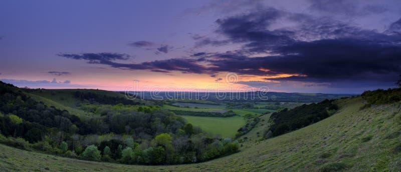 Tramonto di estate sopra la valle di Meon verso Beacon Hill e la vecchia collina di Winchester, parco nazionale del sud dei bassi immagine stock libera da diritti