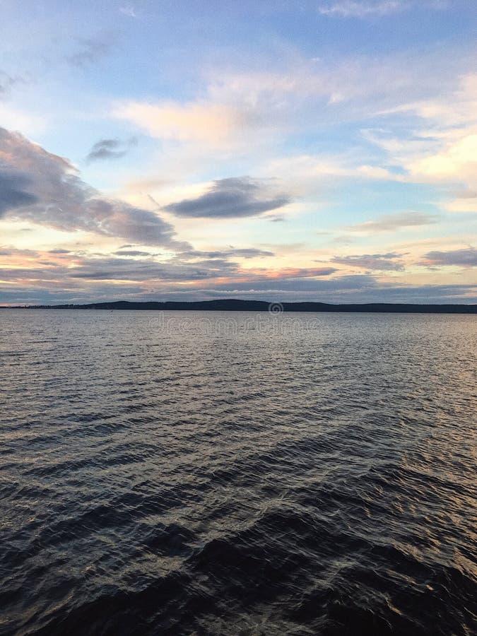 Tramonto di estate sul lago fotografia stock