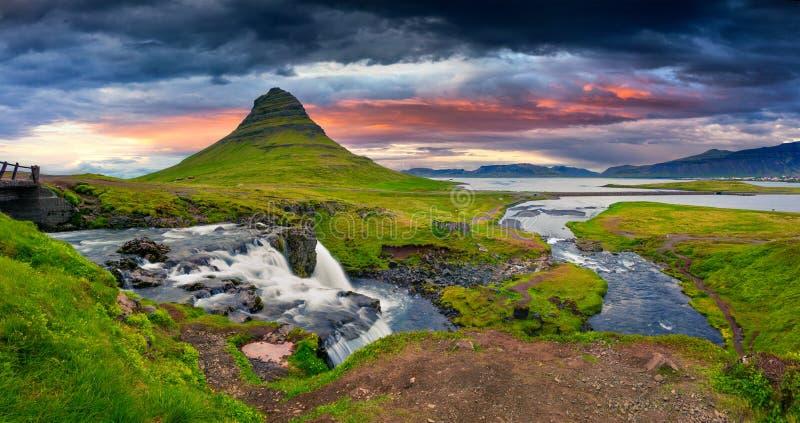 Tramonto di estate sulla cascata famosa di Kirkjufellsfoss immagine stock