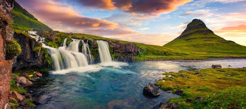Tramonto di estate sulla cascata famosa e su Kirkjufell di Kirkjufellsfoss fotografia stock libera da diritti