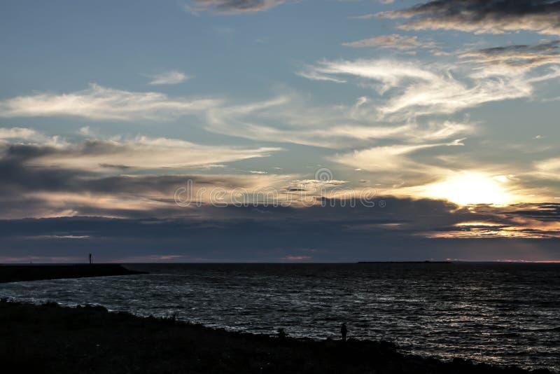 Tramonto di estate sulle acque del golfo di Finlandia fotografia stock