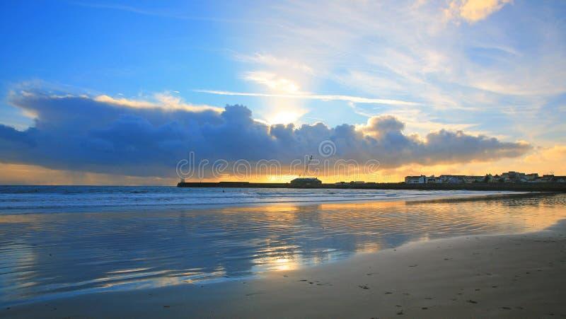 Tramonto di Galles della spiaggia del coniglio di Porthcawl immagini stock
