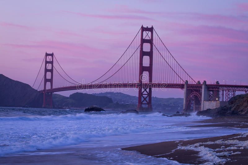Tramonto di golden gate bridge dal panettiere Beach fotografie stock