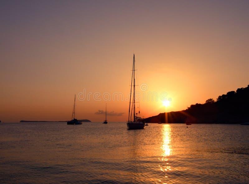 Tramonto di Ibiza con le barche a vela fotografia stock