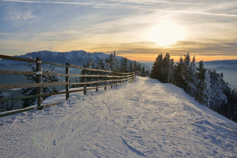 Tramonto di inverno in montagne di Postavaru fotografie stock